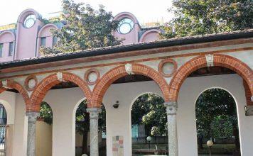 Un portico rinascimentale in corso Garibaldi, poco distante acquario civico