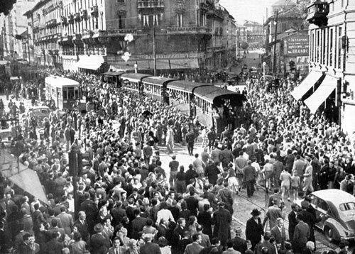 Gamba de Legn - la folla saluta il suo ultimo viaggio