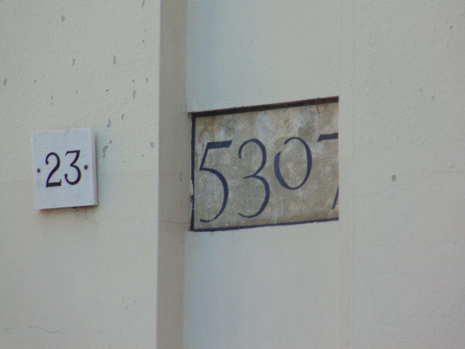 Strani numeri su alcuni palazzi di Milano